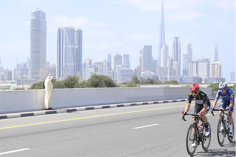 الشيخ محمد يلوح براكبي الدراجات الإماراتيين في دبي